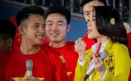 Clip: Trong lúc Hồng Duy hát, Công Phượng nhanh lẹ mang son tới tặng ca sỹ Mỹ Tâm