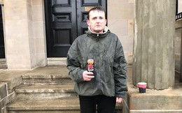 Thấy kính xe mở mà không có ai, người đàn ông vô gia cư đã đứng dưới mưa hàng giờ để bảo vệ túi xách cùng tiền mặt trong xe