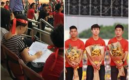 Quá hâm mộ U23 Việt Nam, cô giáo mang cả bài thi đến SVĐ vừa chấm vừa giao lưu