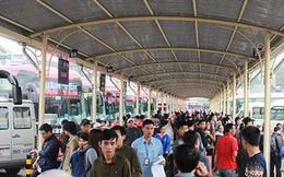 Dân ùn ùn kéo ra các bến xe, giao thông Hà Nội lại quá tải