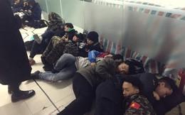 Ngày cuối năm, giới trẻ Hà Nội mang chăn chiếu ngủ ngoài hành lang để chờ 'săn' đồ thời trang vừa 'ra lò'