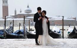 24h qua ảnh: Cặp đôi chụp ảnh cưới với tuyết phủ trắng thành phố Venice