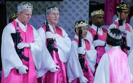 Mỹ: Hàng trăm cặp đôi rầm rập súng ống đến nhà thờ