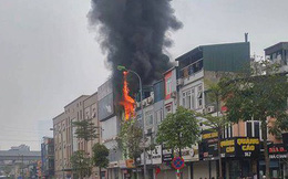 Hà Nội: Ngôi nhà kinh doanh dịch vụ cưới hỏi bốc cháy ngùn ngụt, nhiều người hoảng loạn