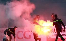 """CĐV Hải Phòng trút pháo sáng xuống sân, Ban kỉ luật VFF """"ra tay"""" thế nào?"""