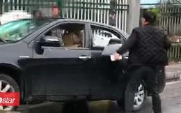 Bị công an giữ xe 10 ngày, người đàn ông nổi điên cầm búa đập nát ô tô