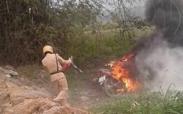 Con gái vi phạm giao thông, bố tới nơi châm lửa đốt luôn xe máy