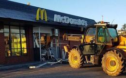 Đạo chích đánh cả máy xúc đi cướp cửa hàng ăn nhanh