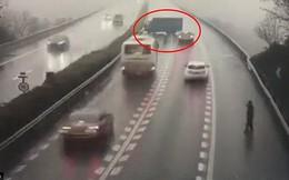 Video: Liều mạng đi ngược chiều, quay đầu trên cao tốc, xe tải gây tai nạn liên hoàn