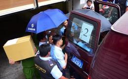 Bộ Công an khám xét chi nhánh Eximbank ở Sài Gòn, đưa 2 người lên xe chuyên dụng