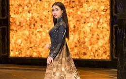 Hoa hậu Đỗ Mỹ Linh gây chú ý khi xuất hiện với tà áo dài 10 mét