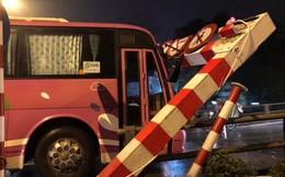 Ôtô 45 chỗ đâm đổ khung thép cầu vượt Thái Hà - Chùa Bộc