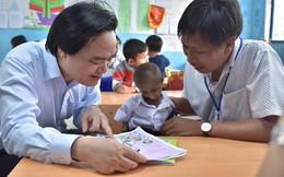 Bộ trưởng Nhạ thăm cậu học sinh nặng 4kg, tặng sách của thiên tài vật lý Stephen Hawking
