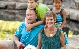 Sang nước ngoài nhận bé gái làm con nuôi, cặp vợ chồng sửng sốt khi biết sự thật về con mình và đứa trẻ hàng xóm