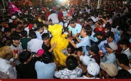 Hàng nghìn người phá rào, tranh giành lộc ở lễ hội Làm Chay