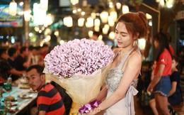 Chồng tặng 50 triệu làm quà sinh nhật, còn thuê quấn thành bó hoa tốn 1,5 triệu tiền công, cô vợ xót tiền, chị em tranh cãi