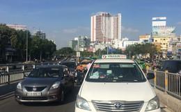 3 ô tô va chạm liên hoàn, cặp vợ chồng cùng 2 con nhỏ kêu cứu trong taxi