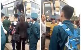 Nam thanh niên lên xe đi nhập ngũ, người thân kéo xuống chống đối