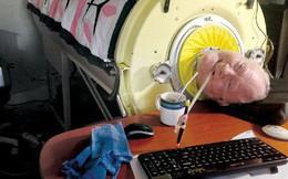 """Ý chí phi thường của bệnh nhân bại liệt, nằm một chỗ, thở bằng """"phổi sắt"""" nhưng vẫn có được 3 bằng cử nhân"""