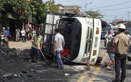 Lái xe bỏ trốn khỏi hiện trường sau khi xe tải chở than bị lật