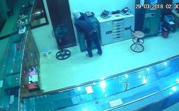 Video: Tên trộm đi lại trong tiệm vàng lấy số tài sản hơn 700 triệu đồng