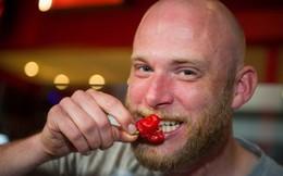 Tham gia thử thách ăn ớt cay nhất thế giới, người đàn ông gặp nạn