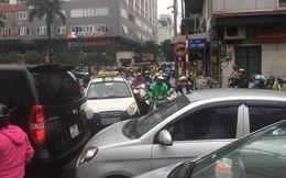 Nhiều tuyến phố Hà Nội tê liệt trong cơn mưa phùn buổi sáng