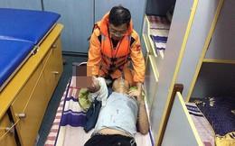 Vượt sóng dữ cứu ngư dân mất bàn tay trên biển