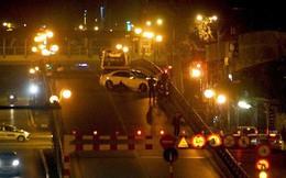 Xế hộp mất lái đâm nát xe máy trên cầu vượt Thái Hà