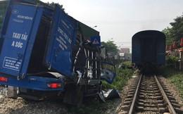 Hà Nội: Qua đường ray không quan sát, xe tải chở hàng bị tàu hỏa đâm bẹp, tài xế thoát chết trong gang tấc