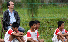 """Giữa cuộc """"đại chiến"""" của các ông bầu, vẫn có người âm thầm vì bóng đá Việt Nam"""