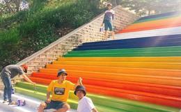 Bị phạt lao động do vi phạm nội quy, nhóm nam sinh sơn luôn cầu thang trường thành cầu vồng