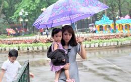 Bế con nhỏ đội mưa đến các điểm vui chơi ở Hà Nội trong ngày giỗ Tổ Hùng Vương