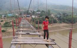 Rợn người cảnh học sinh qua sông Mã trên cầu treo 'thần chết'