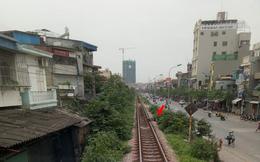 Hà Nội: Thanh niên gối đầu lên đường ray ngủ ngon lành khiến cả đoàn tàu phải dừng lại để gọi dậy