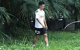 Sao U23 Việt Nam phụng phịu vì bị đàn anh bắt đi nhặt bóng trong bụi cây