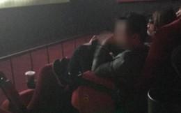 Hình ảnh phản cảm: Thanh niên gác chân lên ghế, gào thét, vỗ tay ầm ầm trong rạp chiếu phim