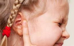 """Bác sĩ lấy ra cục ráy tai """"9 năm"""" từ tai bé gái, người mẹ bàng hoàng nhận ra sai lầm khi con mới 2 tuổi"""