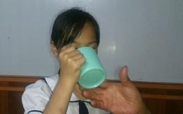 Cô giáo Hải Phòng bắt học sinh lớp 3 vắt nước giẻ lau bảng cho bạn uống