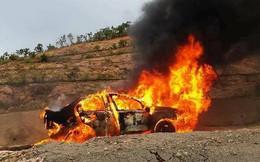 Gầm ô tô va đá cháy trơ khung trên đèo Đại Ninh