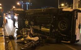 Ô tô mất lái húc văng người đàn ông rơi xuống cầu ở Sài Gòn