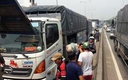 4 xe tải tông nhau gần cầu vượt Quang Trung