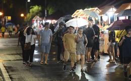 Người lớn, trẻ nhỏ Hà Nội đội mưa khai trương phố đi bộ Trịnh Công Sơn