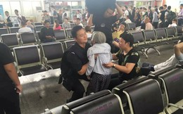 Cụ bà 80 tuổi thiếu giấy tờ nên không được lên tàu, sĩ quan cảnh sát đã làm một việc khiến tất cả mọi người cảm động