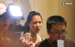 Vợ Phạm Anh Khoa cúi mặt, đi ra một góc khi chồng nói lời xin lỗi