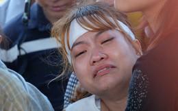 """Người vợ chưa kịp mặc áo cưới của """"hiệp sĩ"""" bị đâm tử vong ở Sài Gòn khóc nghẹn trong lễ tang chồng"""