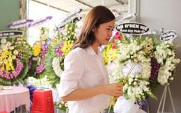 Đông Nhi khóc nghẹn trong đám tang của stylist Mì Gói tại quê nhà Tiền Giang