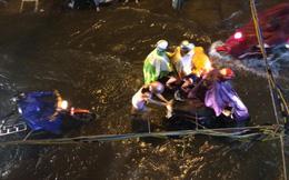 """Mưa lớn kèm sấm chớp """"đùng đùng"""", nhiều tuyến đường ở Sài Gòn thành sông"""