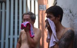 Khói lửa bao trùm con hẻm ở Sài Gòn, người dân dùng khăn ướt bịt mũi