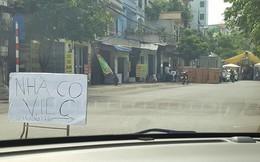 Đang lái xe, tấm biển giữa đường khiến tài xế ngỡ ngàng vội nhấn phanh dừng lại